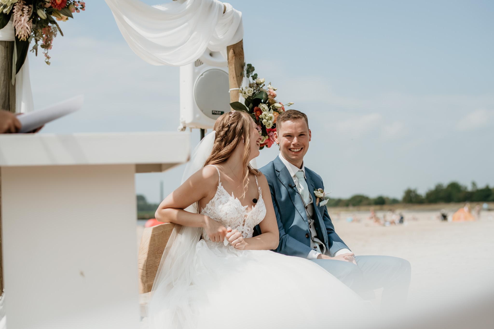Liefdevolle bruiloft op het strand